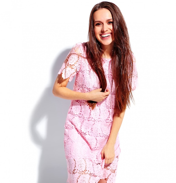 Ritratto di bello modello caucasico sorridente della donna del brunette in vestito alla moda da estate dentellare luminosa isolato su priorità bassa bianca Foto Gratuite