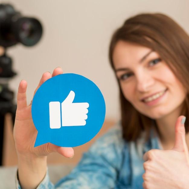 Ritratto di blogger che tiene come pulsante Foto Gratuite