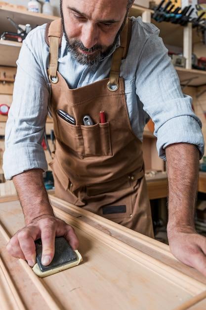 Ritratto di carpentiere caucasico al lavoro Foto Premium