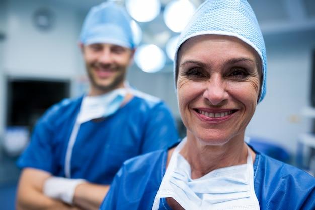 Ritratto di chirurghi in piedi in sala operatoria Foto Gratuite
