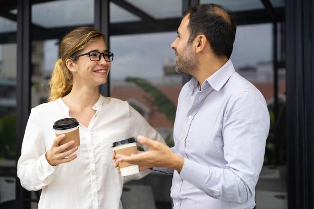 Ritratto di colleghi di lavoro felice parlando in pausa caffè Foto Gratuite