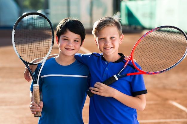 Ritratto di colpo medio di bambini insieme Foto Gratuite