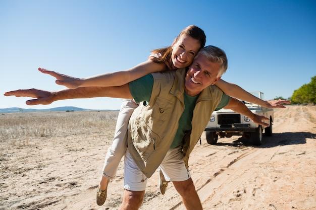 Ritratto di coppia giocosa sul paesaggio Foto Gratuite