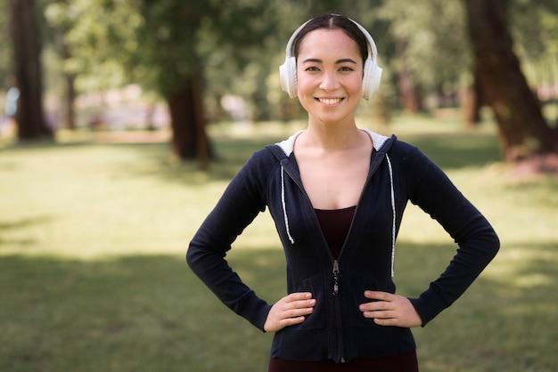 Ritratto di donna attiva ascoltando musica Foto Gratuite