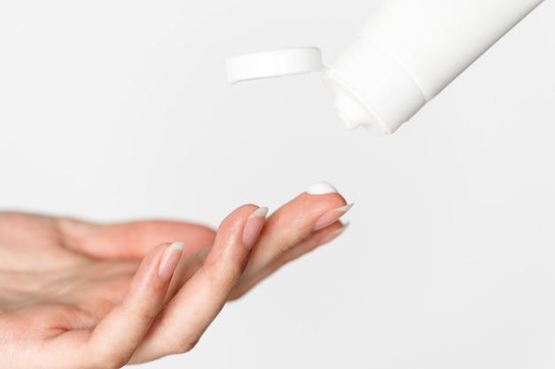 Ritratto di donna bianca facendo la sua routine quotidiana di cura della pelle Foto Gratuite