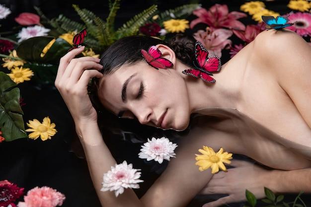 Ritratto di donna che gode del benessere Foto Gratuite