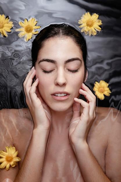 Ritratto di donna che gode del trattamento di bellezza Foto Gratuite