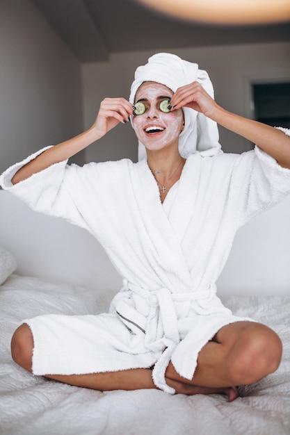 Ritratto di donna che indossa la maschera di bellezza Foto Gratuite
