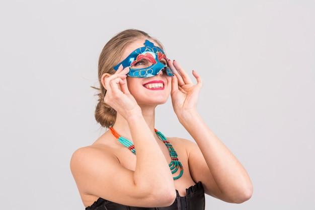 Ritratto di donna con maschera di carnevale Foto Gratuite