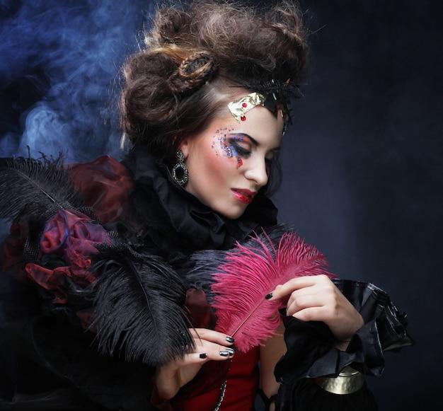 Ritratto di donna con trucco artistico in fumo blu Foto Premium
