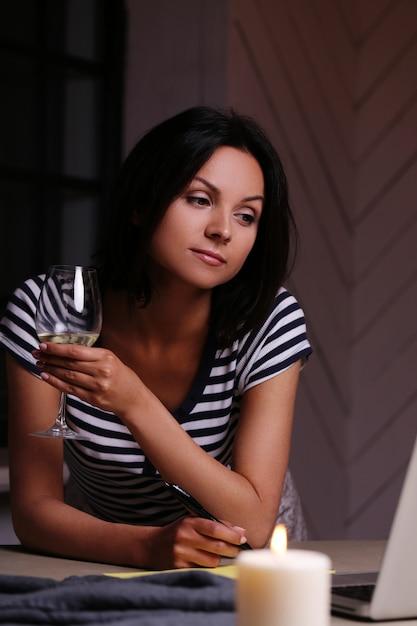 Ritratto di donna con un bicchiere di vino Foto Gratuite