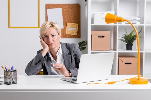 Ritratto di donna d'affari alla scrivania Foto Gratuite