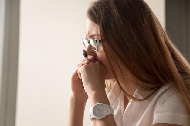 Ritratto di donna d'affari preoccupata focalizzata sul lavoro Foto Gratuite