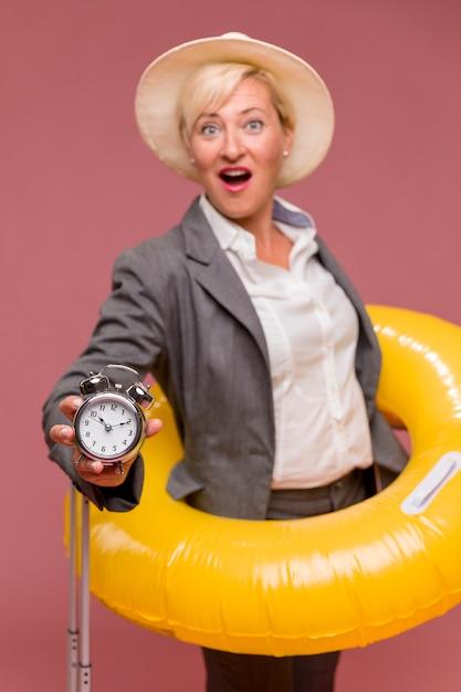 Ritratto di donna di mezza età in corso le vacanze estive Foto Gratuite