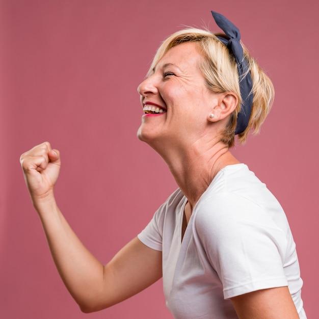 Ritratto di donna di mezza età in posa di celebrazione Foto Gratuite