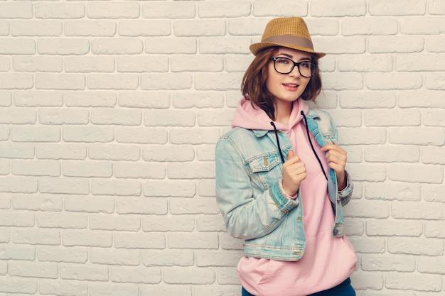 Ritratto di donna giovane hipster alla moda Foto Premium