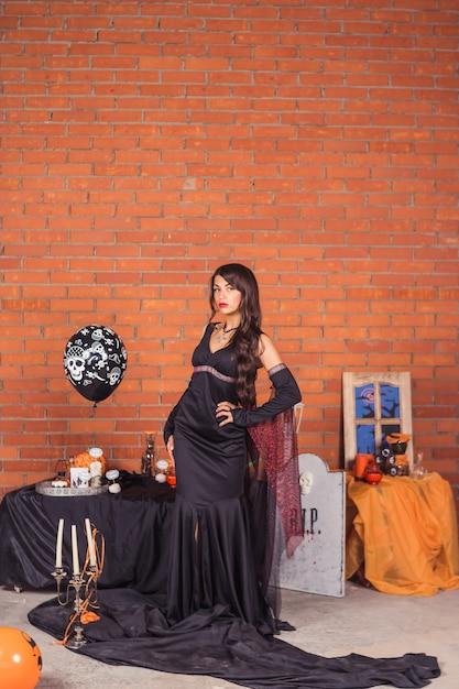 Ritratto di donna halloween vampiro. beauty sexy vampire girl, fashion art design. ragazza modello attraente in costume di halloween Foto Premium