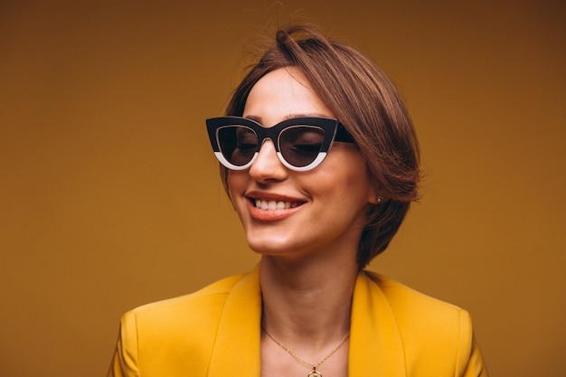 Ritratto di donna in abito giallo isolato Foto Gratuite