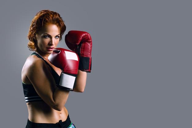 Ritratto di donna in guantoni da boxe Foto Premium
