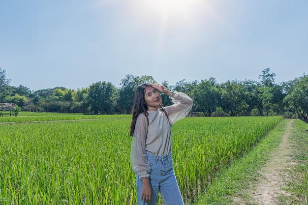 Ritratto di donna in posa con risaie a jim thompson farm Foto Premium