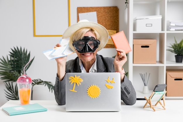 Ritratto di donna in ufficio preparato per le vacanze estive Foto Gratuite