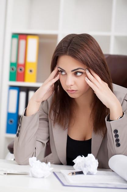 Ritratto di donna in ufficio. Foto Premium