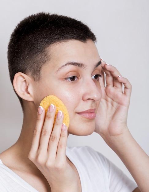 Ritratto di donna prendersi cura del suo viso Foto Gratuite