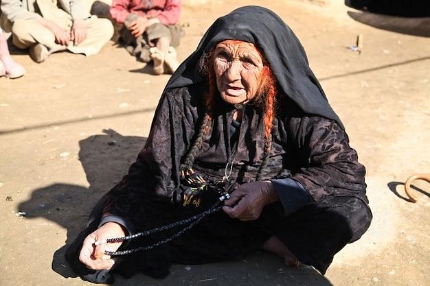 Ritratto di donna seduta afghanistan persona anziana Foto Gratuite