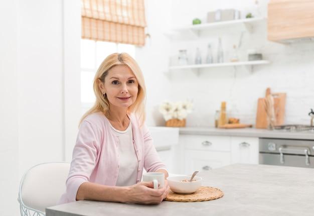 Ritratto di donna senior in cucina Foto Gratuite