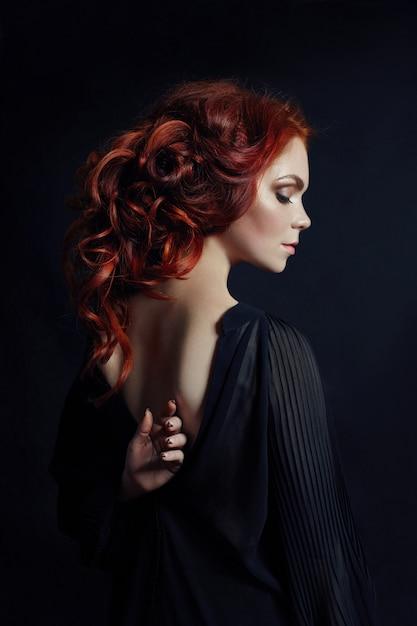 Ritratto di donna sexy rossa con i capelli lunghi Foto Premium