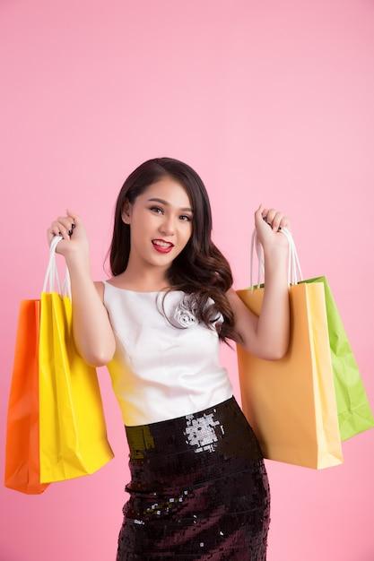 Ritratto di donna sorridente felice tenere shopping bag Foto Gratuite