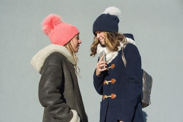 Ritratto di due ragazze adolescenti Foto Premium