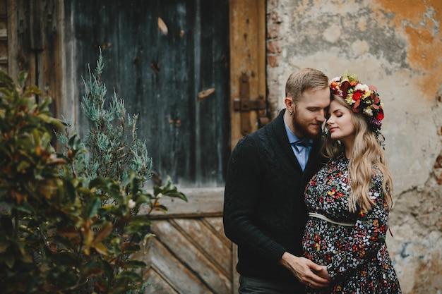 Ritratto di famiglia, coppia che si espande. l'uomo abbraccia il woma incinta tenero Foto Gratuite
