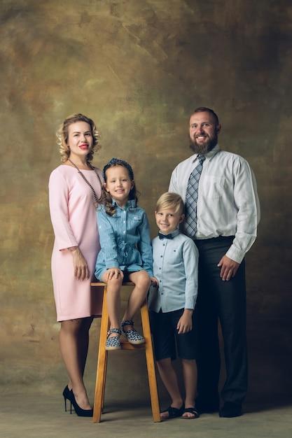 Ritratto di famiglia felice tradizionale, vecchio stile. Foto Gratuite