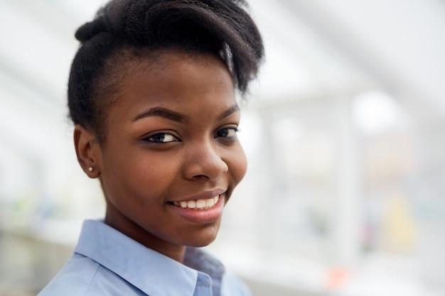 Ritratto di felice donna di colore sorridente Foto Gratuite