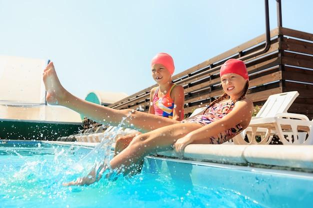 Ritratto di felice sorridente belle ragazze adolescenti in piscina Foto Gratuite