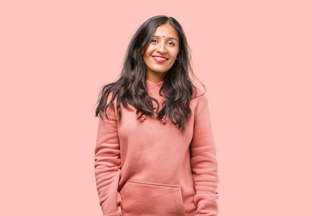 Ritratto di fitness giovane donna indiana allegra e con un grande sorriso, fiducioso, amichevole e sincero, esprimendo positività e successo Foto Premium