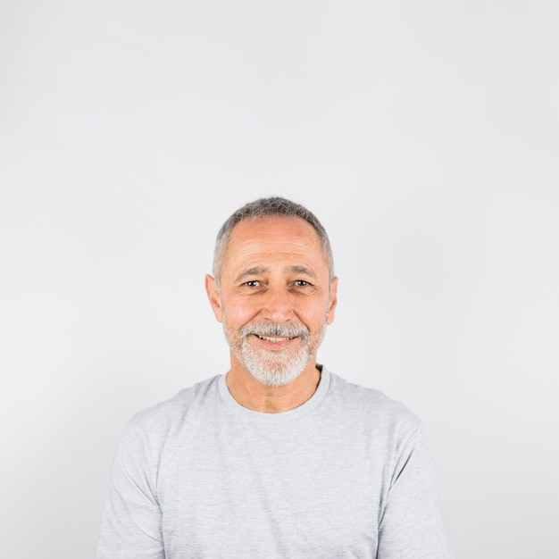Ritratto di fotografia uomo anziano felice Foto Gratuite