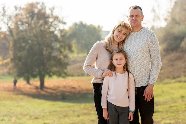 Ritratto di genitori felici e figlia adorabile Foto Gratuite