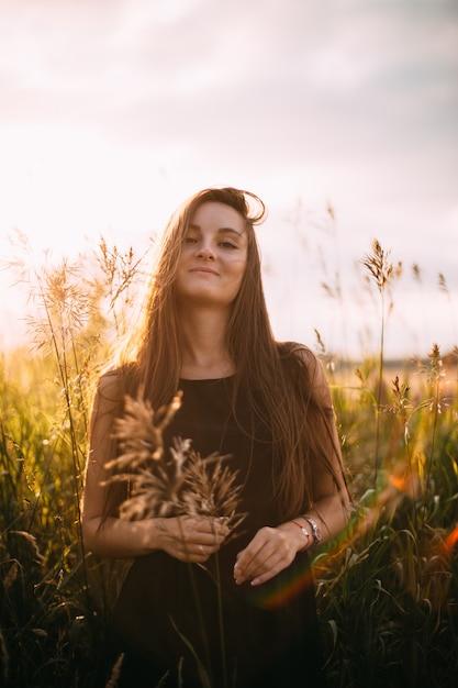 Ritratto di giovane bella ragazza in un campo naturale Foto Premium
