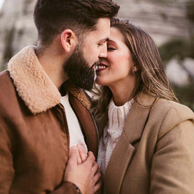 Ritratto di giovane coppia baciare Foto Gratuite