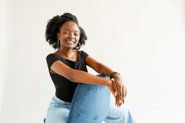 Ritratto di giovane donna afroamericana isolata sopra bianco Foto Premium