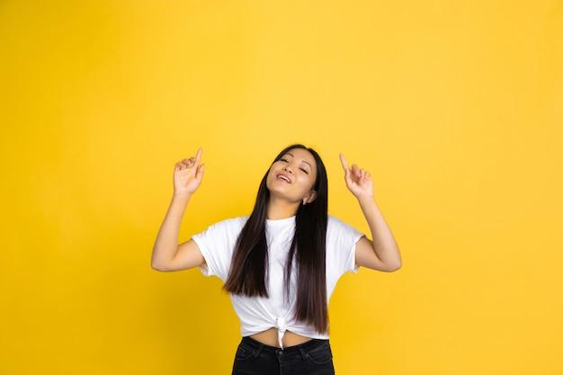 Ritratto di giovane donna asiatica isolata sulla parete gialla Foto Gratuite