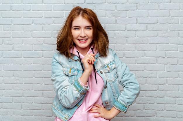 Ritratto di giovane donna attraente Foto Premium