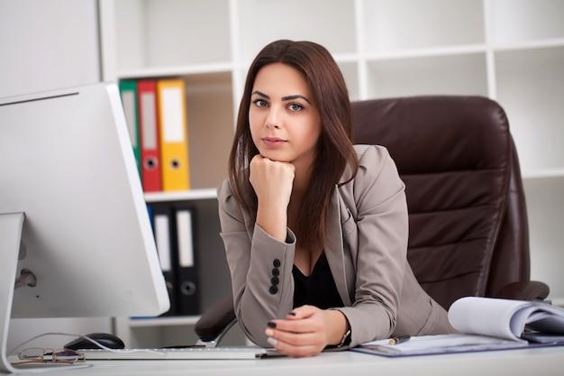 Ritratto di giovane donna d'affari nel suo ufficio Foto Premium