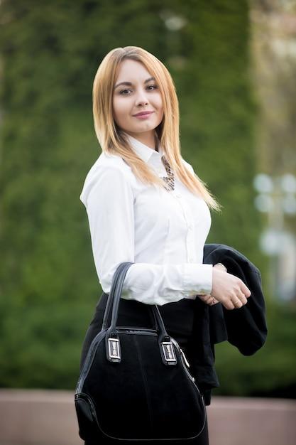 Ritratto di giovane donna d'affari Foto Gratuite