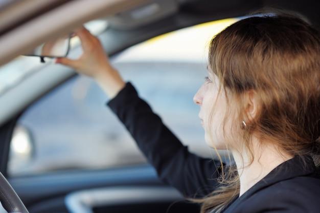 Ritratto di giovane donna in auto Foto Premium