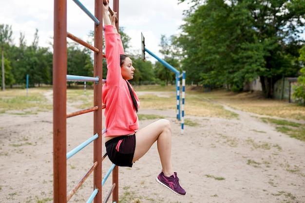 Ritratto di giovane donna in forma e sportiva facendo esercizi, copia spazio. uno stile di vita sano Foto Premium