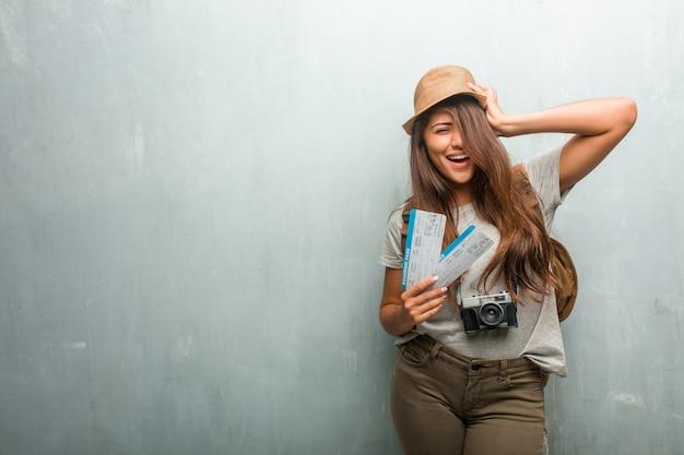 Ritratto di giovane donna latina viaggiatore contro un muro frustrato e disperato Foto Premium