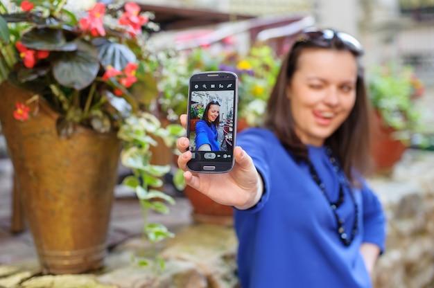 Ritratto di giovane donna, prendendo un auto Foto Premium
